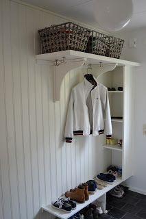 Farstukvisten!: Smart förvaring. Hallway Storage, Bedroom Storage, Entryway Organization, Cottage Entryway, Entryway Decor, Hall Cupboard, Danish Interior Design, Small Hallways, Compact Living