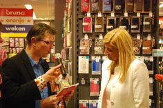 """Auteur Jurriaan Gorter geeft het boek """"Willem wordt Koning!"""" aan """"Maxima""""."""
