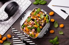 LUNCHBOX W STYLU WŁOSKIM - Just a SALAD - Przepisy na Sałatki Fusilli, Mozzarella, Pesto, Plastic Cutting Board, Salad, Kitchen, Cooking, Kitchens, Salads