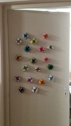 Sziasztok Dorka vagyok. Ez az ajtó dísz csak origami papírból és sok sok időből készült.Remélem tetszik!