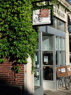 Upper Crust Pizzeria, Harvard Square. Ivy and old world delivery bike.