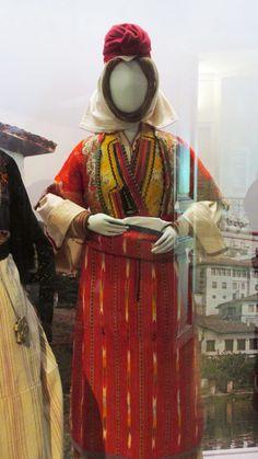 Παραδοσιακή φορεσιά παντρεμένης απο το Βελβενδό Κοζάνης./(Λαογραφικό και Εθνολογικό Μουσείο Μακεδονίας - Θράκης)