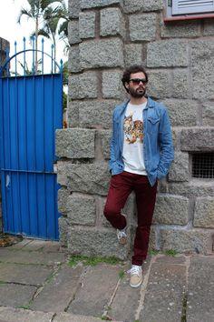 Evandro Pezzi - Camisa jeans, calça marsala, tee e Vans