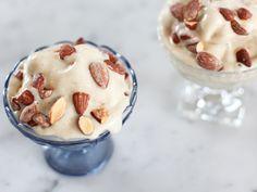 Superenkel bananglass med rostade mandlar | Recept från Köket.se