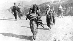 Armin Wegner, ein deutscher Offizier, der im Osmanischen Reich stationiert war, war einer von vielen Zeitzeugen, die die Todesmärsche der Armenier dokumentierten. Auf diesem Bild hielt Wegner einen Flüchtlingszug einer armenischen Familien nach Syrien fest.