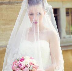 Portraitfoto Braut mit Brautstrauß aus Pfingstrosen, rosa und cremefarbenen Rosen und Schleierkraut bei www.weddingstyle.de | Foto: Tetty´s Photography