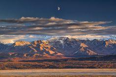 Alaska, Parco nazionale di Denali. La luna tramonta vicino alla vetta più alta dell'America del Nord, il Denali.