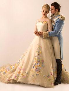 Thiết kế màu be được làm từ lụa organza, đểm hoa tinh tế thể hiện sự thanh thoát, khiêm nhường của một nàng dâu hoàng gia mới.