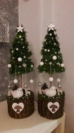 21 Christmas Cake Stand Decorating Ideas to Deck the Halls - The Trending House Noel Christmas, Diy Christmas Ornaments, Rustic Christmas, Holiday Crafts, Christmas Wreaths, Pink Christmas, Christmas Centerpieces, Xmas Decorations, Xmas Tree