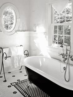 b&w floor in the bath I fekete-fehér padló a fürdőben White Bathroom, Small Bathroom, Bathroom Ideas, Vintage Bathtub, Bathroom Vintage, Victorian Bathroom, Victorian Cottage, Victorian Era, Victorian Bathtubs