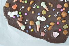 Sinterklaas chocolade maken, gezellig en heel leuk: maak je eigen chocolade van de Sint door getemperde chocolade lekker bont vol strooigoed te versieren