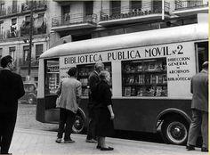 Una biblioteca móvil en un Madrid en blanco y negro