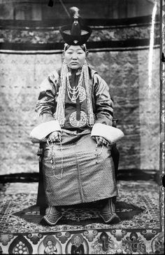 Queen Tsendiin Dondogdulam was the Jebtsundamba Khutughtu's first consort and believed to have been an emanation of White Tara. The Jebtsundamba Khutughtu's second consort was Queen Genepil Old Pictures, Old Photos, Tibetan Buddhism, History Photos, Great Women, Historical Pictures, Art Google, Culture, Portrait