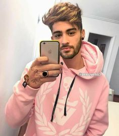 Who says boys look girly in pink? He looks damn sexy boi Coiffure Zayn Malik, Cabelo Zayn Malik, Zayn Malik Hairstyle, Style Zayn Malik, Zayn Malik Photos, Ian Bohen, Peter Hale, Nicole Scherzinger, Zany Malik