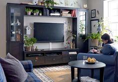 Quadratisches Regal-System um den Fernseher