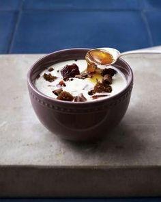 Joghurt mit Heidelbeeren, Holunderblütensirup und Cornflakes