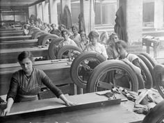 Women workers at the Pilkington's glass factory in St Helens, Cheshire, 1918. - Vintage Everyday - Facebook