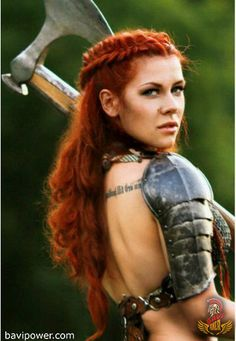Viking Women Warriors The modern remakes of Viking stories usually revolve around the brave Viking men warriors, don't they? Even though people are debating the historical existence of Viking women warriors, we definitely have them in our legendary sagas. Viking Braids, Viking Hair, Viking Dress, Warrior Braid, Braided Hairstyles, Wedding Hairstyles, Hairdos, Viking Men, Female Viking