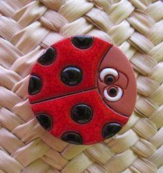 broche de cerámica esmaltada.mariquita roja  barro.,esmaltes 980°c.,broche metal plateado artesanal,cuerda seca.