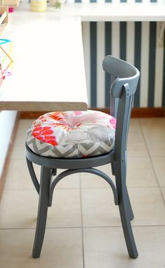 No me gusta el color Painted Chairs, Painted Furniture, Toddler Table And Chairs, Cafe Chairs, Diy Chair, Upcycled Furniture, Living Room Chairs, Sofa Design, Home Decor Accessories