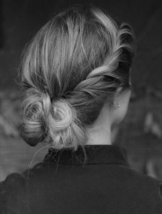 If I could figure out how to do this to myself, I'd be the happiest girl ever. Messy Hairstyles, Pretty Hairstyles, Updos For Medium Length Hair, Medium Hair, Hair Affair, Great Hair, Hair Dos, Hair Lengths, New Hair