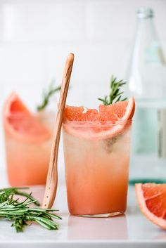 These rosemary grapefruit sodas are SO refreshing! A sweet and herbaceous rosemary simple syrup combines with tart fresh grapefruit juice and pure honey for a flavorful, naturally-sweetened homemade soda you'll want to sip on all Summer long. Food p Non Alcoholic Drinks, Cocktail Drinks, Cocktail Recipes, Beverages, Fancy Drinks, Easter Cocktails, Dinner Recipes, Summer Drink Recipes, Spring Cocktails
