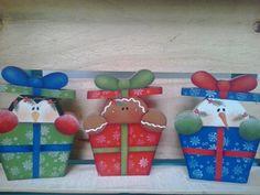 Lindo enfeite para decorar sua casa nesse final de ano! <br>Feito em mdf de 18 mm,para em pé sozinho. <br>Pintado e envernizado com acrílico <br>Composto pelo trio - boneco de neve, ginger e pinguim <br>Cada presentinho mede 12 cm de altura x 10 cm de largura.
