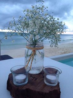Riviera Maya weddings / Bodas mason jar with baby breath under wood/   vintage centro de mesa con nube sobre corteza