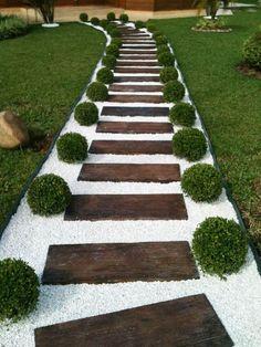 décoration de jardin et allée avec cailloux et dalles en bois
