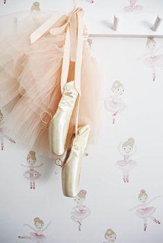 Lastenhuoneen tapetti pienelle ballerinalle. Kolme värivaihtoehtoa, kuvassa malli 2677. Löydät Boråstapeterin Lilleby -malliston Värisilmästä. http://kauppa.varisilma.fi/seinanpaallysteet/nonwoven-tapetit/lilleby/ #tapetti #lastenhuone
