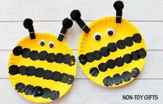 Easy paper plate bee craft for preschoolers and older kids. This easy spring craft is perfect for an insect study unit in the classroom. Paint a paper plate and make the black strips with a pom pom.