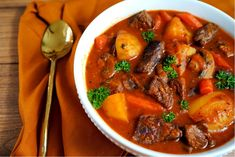 How to Make an Old-Fashioned Vegetable Beef Stew Yellow Potatoes, Parsley Potatoes, Stewed Potatoes, Good Food, Yummy Food, Stuffed Mushrooms, Stuffed Peppers, Pot Roast, Beef Broth