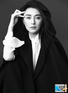 China Entertainment News aggregates the latest news shapping China's entertainment industry. Black White Photos, Black And White, White China, Real Style, Chinese Actress, Her Smile, Beautiful Asian Women, Asian Woman, Actresses