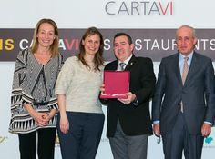 Recibe el premio por su contribución a la promoción de los vinos catalanes en el restaurante Villa Retiro de Tarragona