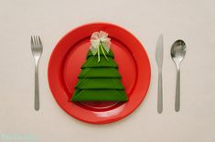 Christmas Tree Napkin Folding #Tutorial http://www.handimania.com/diy/christmas-tree-napkin-fold.html