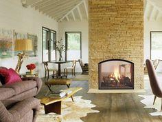 insert double face : cheminée centrale dans salon contemporain