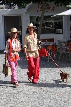 Princess Caroline of Monaco Chic Summer Style, Monaco Royal Family, Vogue, Royal Brides, Charlotte Casiraghi, Mode Inspiration, Fashion Inspiration, Saint Tropez, Fashion Over 40