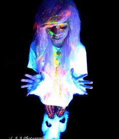 Perfect rave outfit <3 and her hair is awesome. But is that Leda? Looks like her.