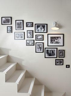 Un album de famille, pas cliché ! Pour un effet « expo photos » réussi, respectez une harmonie dans le choix des tirages (tout en noir et blanc par exemple) et dans le style des cadres… Par contre, amusez-vous à associer des formats différents. Plus
