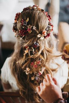 blooming wedding hair bouquets half up half down with flowers in hair and halo tocadosletouquet via instagram