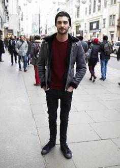 Look masculino inverno com suéter cor bordô
