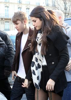 Justin Bieber and Selena Gomez looked unfazed by allegations he's fathered another girl's baby as they arrived in Belfast for the MTV Europe Music Awards this weekend.The pair held hands and cuddled en route to a special MTV Voices dinner on Saturday Justin Bieber Selena Gomez, Estilo Selena Gomez, Justin Bieber And Selena, Justin Bieber Fotos, Justin Bieber Pictures, Cute Celebrities, Hollywood Celebrities, Celebs, Hollywood Couples