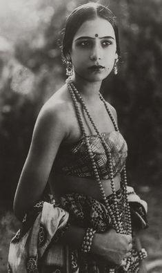 Indian Silent Film Actress Seeta Devi - 1925 - Old Indian Photos Vintage Bollywood, Divas, Silent Film Stars, Movie Stars, Old Hollywood, Vintage India, Portraits, Roaring Twenties, Mode Vintage