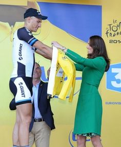 The Duchess of Cambridge awards the yellow jersey