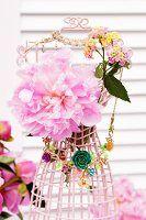 Rosa Pfingstrosenblüte und Wandelröschen auf Drahtbüste mit Modeschmuck