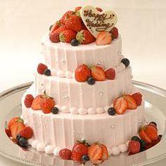 夢の3段ケーキ!実は「cuocaふんわりスポンジケーキ」のサイズ違いを3個重ねるだけ!ロマンチックにピンク色の生クリームを使い、ラブリーなデコレーションにしました。大小のアラザンやベリー系のフルーツで彩りを添えれば、ハッピーなイメージがウェディングケーキにぴったり。生クリームの絞りに自信が無い方は、シンプルなデコレーションでシックに仕上げても素敵です。