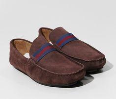 Este sapato modelo mocassim Sergio K Gordorão é sinonimo de conforto e estilo! Na cor marrom, ele confere um ar sóbrio e elegante, com um toque de modernidade nas tiras cor marinho/vinho.