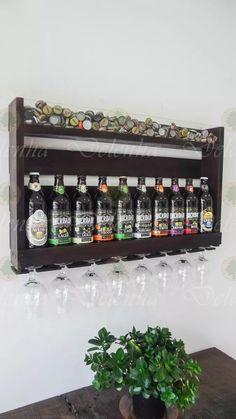 adega barzinho para cerveja porta tampinhas e taças nogueira Pub Bar, Beer Bar, Cafe Bar, Pallet Wine, Wine Rack Wall, Bottle Holders, Display Shelves, Bars For Home, Pallet Furniture