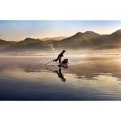 """Gefällt 18.1 Tsd. Mal, 118 Kommentare - Steve McCurry (@stevemccurryofficial) auf Instagram: """"An Intha fisherman paddles his boat on Inle Lake in Burma/Myanmar. The Intha fishermen of Inle…"""""""