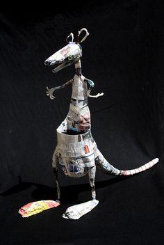 Canguro, modelo en proceso. Estructura de alambre + botella plástica, modelado del cuerpo con papel de diario.
